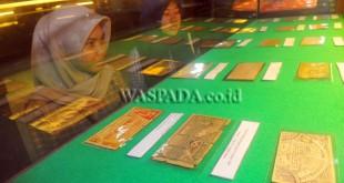 Pengunjung melihat koleksi uang kuno pada Pameran Uang Perjuangan Sumatera Utara, di Gedung Juang 45, Medan, Selasa (2/5). Pameran uang kuno tersebut diselenggarakan untuk menyambut Hari Pendidikan Nasional Tahun 2017. (WOL Photo/Ega Ibra)