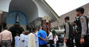 Petugas kepolisian melakukan pengamanan pada ibadah Kenaikan Isa Almasih di Gereja Katedral Medan, Kamis (25/5). Pengamanan tersebut untuk memberikan rasa aman dan nyaman kepada umat Kristiani yang sedang beribadah. (WOL Photo/Ega Ibra)
