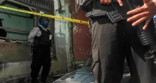 Petugas menjaga salah satu rumah terduga bom Kampung Melayu di Kabupaten Bandung Barta. Foto Novrian Arbi/Antara