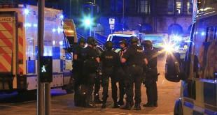 Petugas polisi berkumpul usai ledakan di Manchester Arena tempat penyanyi Ariana Grande sebelumnya menggelar konser, Selasa (23/5). foto: AP