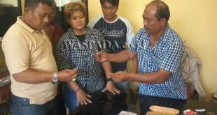 Kanit Reskrim Polsek Pancurbatu, Iptu Sehat Tarigan SH (kiril bersama timsusnya menemukan narkoba di dompet tersangka. (WOL. Photo/gacok)