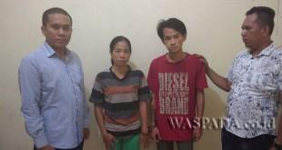 Petugas kepolisian mengamankan dua tersangka kasus pencurian dalam keluarga.(WOL. Photo/gacok).