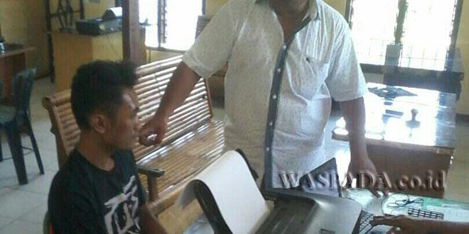 Kanit Reskrim Polsek Pancurbatu, Iptu Sehat Tarigan SH, sedang mengintrogasi pengedar narkoba jenis sabu.(WOL. Photo/gacok)