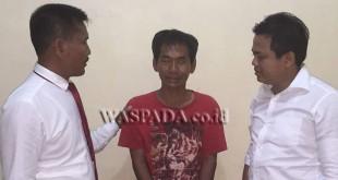 Panit II Reskrim Polsek Medan Sunggal, Iptu Martua Manik SH MH, (kanan) didampingi penyidik pembantu sedang mengintrogasi tersangka pemilik sajam.(WOL. Photo/gacok)