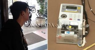 Awi (23) karyawan bagian Pemasaran menunjukkan contoh meteran listrik pra bayar (token) yang hilang di Komplek Perumahan Citra Indah Resident. (WOL Photo/Gacok)