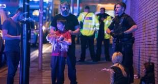 Salah seorang remaja penonton konser Ariana Grande di Manchester Arena, Inggris, di luar venue usai ledakan. (Foto: Shutterstock/CNN)