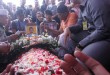 Suasana pemakaman Bripda Taufan Tsunami, korban bom Kampung Melayu, di TPU Pondok Rangon, Jakarta Timur, Kamis (25/5/2017). (Foto: Antara)