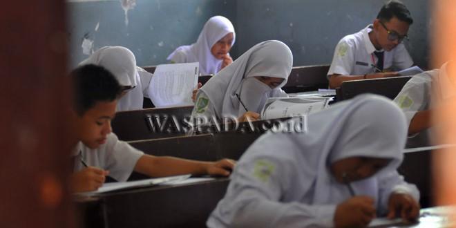 Siswa mengikuti Ujian Nasional (UN) untuk tingkat SMP, di Medan, Selasa (2/5). UN untuk tingkat SMP dilaksanakan mulai tanggal 2 hingga 8 Mei 2017. (WOL Photo/Ega Ibra)
