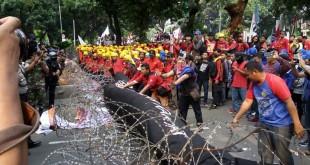 Aksi Buruh di Kawasan Patung Kuda Memanas (Foto: Ferio/Okezone)