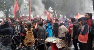 Aksi Buruh di Kawasan Patung Kuda Diguyur Hujan Lebat (Foto: Ferio/Okezone)