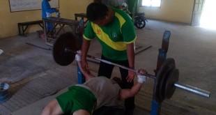 Para lifter Sumut menjalani Program Sumut Emas di Pusat Latihan PABBSI Sumut, Jl. Veteran, Medan, Senin (29/5). (Waspada)