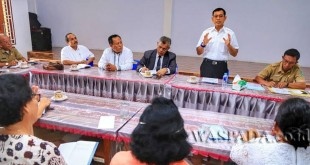 Bupati Simalungun JR Saragih dan pengurus HKBP melakukan diskusi bersama di gereja HKBP Sopo Godang di Pematang Siantar, Sumatera Utara, Senin (29/5). (WOL Photo)