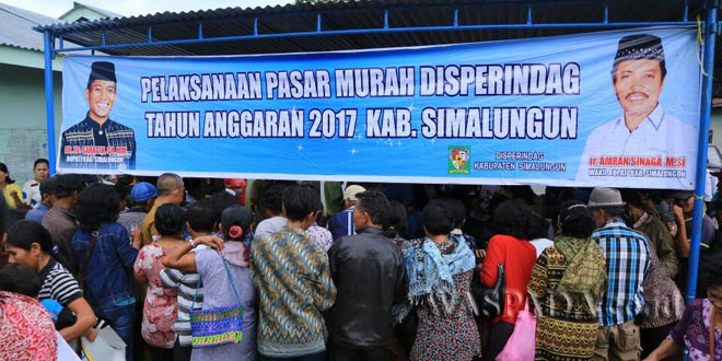 Disperindag Simalungun menggelar pasar murah di Nagori Raya Bosi, Kecamatan Raya, Kabupaten Simalungun, Sumatera Utara, Selasa (16/5). (WOL Photo)