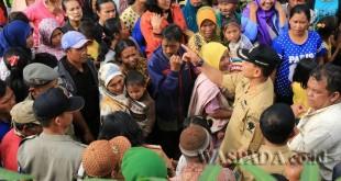 Bupati Simalungun JR Saragih sedang berdialog dengan masyarakat di Kabupaten Simalungun, Sumatera Utara, beberapa waktu lalu. (WOL Photo)