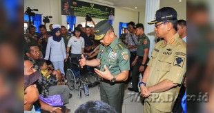 Bupati Simalungun JR Saragih bersama Kepala Staf Angkatan Darat (KASAD) TNI AD melakukan bakti sosial di Rumah Sakit Rondahaim, Pematang Raya, Rabu (24/5). (WOL Photo)