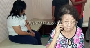 Korban nenek Au Ting Ha  sebelah kanan sambil menangis menceritakan duduk kejadiannya, di samping kiri tersangka Yat Sun Pen alias Irawati. (WOL Photo/Gacok)
