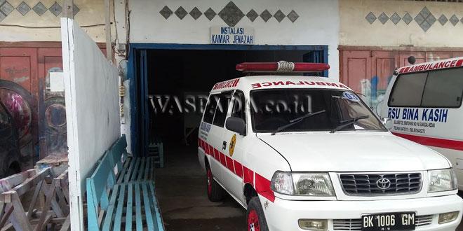 Jenazah Sipayung, korban lakalantas diangkut mobil ambulance dari RS Bina Kasih menuju ke rumah duka.(WOL Photo/Gacok)
