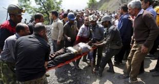 Pekerja tambang dan tim penyelamat mengevakuasi pekerja tambang yang terluka setelah tambang batu bara meledak di dekat Azadshah, utara Iran. (foto: AP)