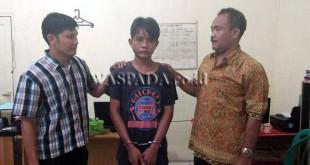 Dua penyidik sedang introgasi tersangka jukir kasus pencurian sepeda motor anggota Polri. (WOL Photo/Gacok)