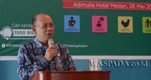 OK Zulkarnain, Asisten 3 Pemprovsu mewakili Sekda Prov Sumut saat sedang memberikan arahannya kepada seluruh SKPD yang hadir di acara Sosialiasi Program BPJS Ketenagakerjaan, Hotel Adimulia Medan, Jumat (26/05).