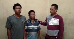 Petugas Polsek Medan Sunggal (kanan) amankan dua tersangka kasus pencurian di PT Yumeida Utama.(WOL Photo/gacok)
