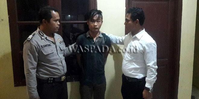 Petugas penjaga tahanan bersama penyidik pembantu Reskrim Polsek Medan Sunggal sedang mengintrogasi tersangka Lase.(WOL Photo/gacok)