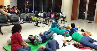 Suasana ruang tunggu Ketua dan Wakil Ketua DPRD Medan, saat belasan staf dan pegawai Puskesmas Simalingkar aksi tidur di gedung DPRD Medan, Selasa (30/5) dini hari. (WOL Photo)