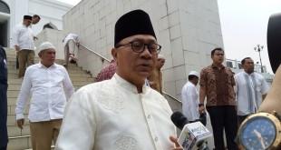 Ketua MPR RI Zulkifli Hasan saat setelah mensalatkan jenazah Ridwan Baswedan (Foto: Harits Tryan Akhmad/Okezone)