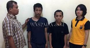 Dua penyidik pembantu Reskrim Polsek Medan Sunggal sedang mengapit dua perampok bersenjata tajam sasaran penumpang angkot. (WOL Photo/Gacok)