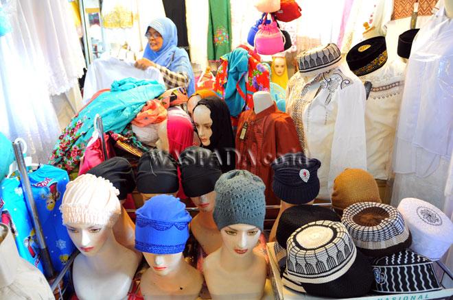 Pedagang busana muslim menunggu pembeli di Pasar Petisah, Medan, Senin (12/6). Pedagang mengaku memasuki pertengahan bulan Ramadhan tidak ada peningkatan penjualan busana muslim karena menurunnya daya beli masyarakat. (WOL Photo/Ega Ibra)