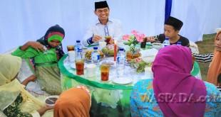 Teks Foto: Bupati Simalungun JR Saragih memilih  bersama anak yatim piatu untuk berbuka puasa di Masjid Al-Muhklisin, Nagori Wonorejo, Pematang Bandar, Kabupaten Simalungun, Sumatera Utara, Jumat (2/6). (WOL Photo)