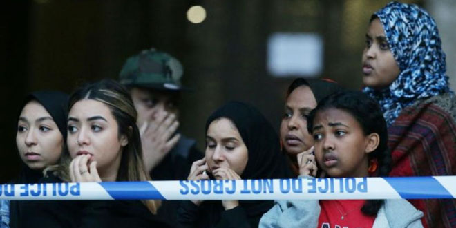 Muslim yang berada di lokasi kebakaran apartemen Grenfell Tower (Foto: The New Arab)