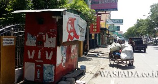 Foto: Di kios ini Syawaludin beserta istrinya berjualan rokok. WOL Photo