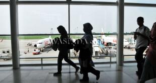 Sejumlah penumpang tiba di bandara Kualanamu, Deli serdang, Sumatera Utara, Rabu (21/6).Pada H-4 Idul Fitri 1438 H penumpang dan pemudik pengguna jasa penerbangan melalui bandara Kualanamu terpantau mengalami peningkatan. (WOL Photo/Ega Ibra)