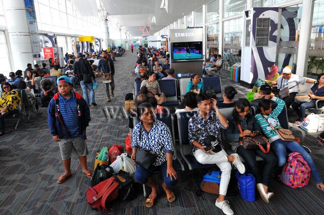 Sejumlah calon penumpang berada di ruang tunggu keberangkatan bandara Kualanamu, Deli serdang, Sumatera Utara, Rabu (21/6). Pada H-4 Idul Fitri 1438 H penumpang dan pemudik bandara Kualanamu terpantau mengalami peningkatan. (WOL Photo/Ega Ibra)