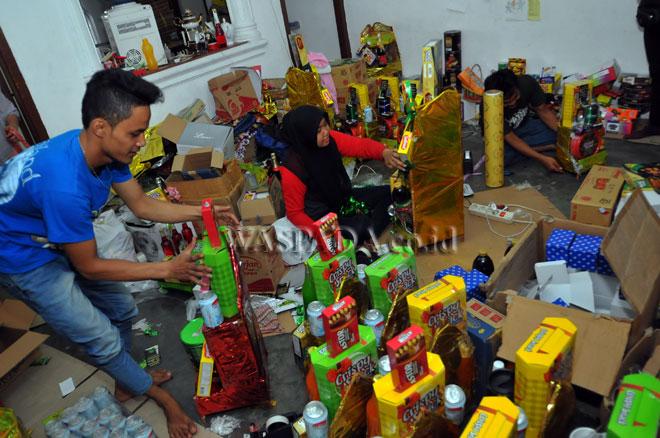 Pekerja meyelesaikan pembuatan parcel Ramadhan, di Medan, Jumat (16/6). Pembuat parcel mengaku permintaan terhadap parcel Idul fitri menjelang lebaran meningkat hingga 30% dan parcel tersebut dikirim hingga luar Sumatera. (WOL Photo/Ega Ibra)