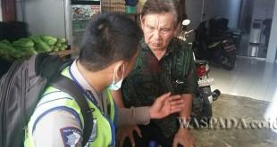 Petugas URC Sat Lantas Polsek Medan Sunggal sedang menanyai Binsar dengan lembut tentang seputaran peristiwa tersebut.(WOL. Photo/Gacok)