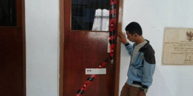 Penyegelan salah satu ruangan Kantor DPRD Mojokerto