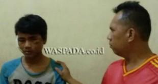 Penyidik Pembantu Reskrim Polsek Medan Sunggal (kanan)  interogasi tersangka.(WOL. Photo/Gacok).