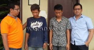 Dua penyidik Reskrim Polsek Medan Sunggal, mengapit dua tersangka kasus pencurian sepeda motor.(WOL. Photo/Gacok)