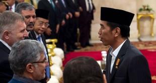 Presiden Jokowi salmi tamu undangan di acara nuzululul Quran (foto: Antara)