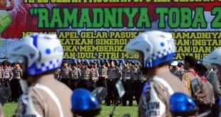 Sejumlah personel kepolisian mengikuti apel gelar pasukan Ramadniya Toba 2017, di Medan, Senin (19/6). Apel gelar pasukan tersebut melibatkan unsur Polri, TNI dan Dishub yang akan bertugas mengamankan lingkungan masyarakat selama merayakan Idul Fitri 1438 H. (WOL Photo/Ega Ibra)