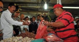 Gubernur Sumatera Utara, Tengku Erry Nuradi (kiri) bersama Kapolda Sumut, Irjen Pol Rycko Amelza Dahniel (kedua kiri) dan Wali Kota Medan, Dzulmi Eldin (ketiga kiri) berbincang dengan pedagang saat meninjau bahan pangan di Pasar Petisah, medan, Rabu (21/6). Tinjauan tersebut untuk mengetahui ketersediaan bahan pangan, mengantisipasi beredarnya bahan pangan ilegal serta mengawasi harga pangan menjelang Idul Fitri 1438 H. (WOL Photo/Ega Ibra)