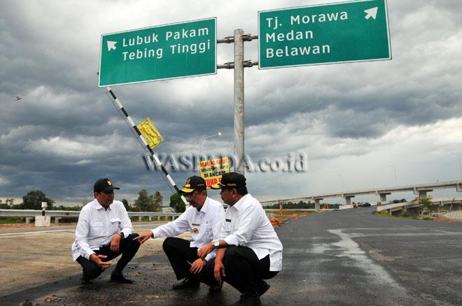 Gubernur Sumatera Utara, T Erry Nuradi (tengah) bersama Kakanwil ATR/BPN Sumut, Bambang Priono (kanan) dan Kepala Balai Besar Jalan Nasional II Medan, Paul Ames Halomoan (kiri) meninjau lokasi proyek pembangunan jalan tol Medan-Tebing Tinggi, di Deli Serdang, Sumatera Utara, Selasa (13/6). Peninjauan tersebut untuk melihat perkembangan proyek jalan tol yang akan digunakan untuk arus mudik Lebaran 2017. (WOL Photo/Ega Ibra)