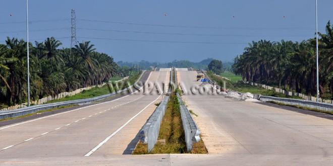 Lokasi proyek pembangunan Jalan Tol Medan-Tebing Tinggi, di Deli Serdang, Sumatera Utara, Selasa (13/6). Proyek pembangunan Jalan Tol tersebut dipercepat agar dapat difungsikan untuk mengurai kemacetan pada mudik lebaran 2017. (WOL Photo/Ega Ibra)