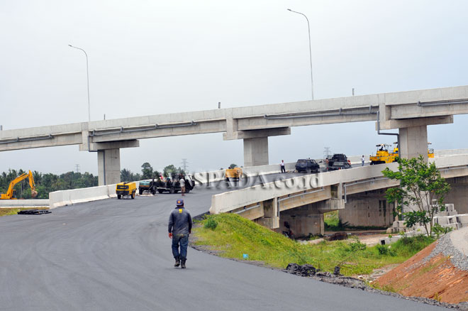 Sejumlah pekerja berada di proyek Jalan Tol Medan-Tebing Tinggi, di Deli Serdang, Sumatera Utara, Selasa (13/6). Pengerjaan proyek Jalan Tol tersebut dipercepat agar dapat difungsikan untuk mengurai kemacetan pada mudik lebaran 2017. (WOL Photo/Ega Ibra)