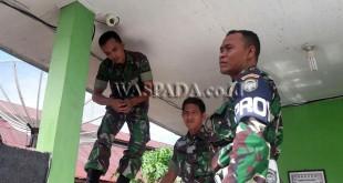 Anggota Kodim 0103/Aceh Utara, melakukan pengecekan secara rutin kondisi CCTV, Jumat (30/6). (WOL Photo/chairul sya'ban)