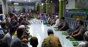 Personel Polsek Medan Barat mengadakan buka di Masjid Jami dan sekaligus menyampaikan pesan-pesan Kamtibmas.(WOL Photo/Gacok)