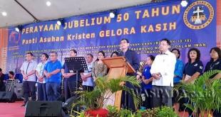 Bupati Simalungun JR Saragih menyambangi Panti asuhan GBKP Gelora Kasih di Retreat Center Sibolangit, Kabupaten Karo, Sumatera Utara, Sabtu (17/6). (WOL Photo)