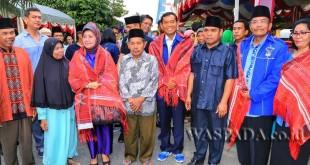 Ketua DPD Partai Demokrat Sumatera Utara, JR Saragih, memberikan bantuan kepada masjid di Desa Pananggahan, Kecamatan Sorkam, Kabupaten Tapanuli Tengah, Sumatera Utara, Sabtu (17/6). (WOL Photo)